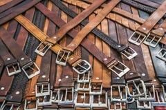 Collection de ceintures sans marque sur un support du marché Photographie stock