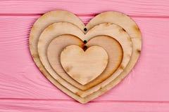 Collection de coeurs de contreplaqué sur le bois rose Photo libre de droits