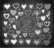 Collection de coeurs de croquis de griffonnage tirés par la main avec l'encre sur le fond de tableau noir Photo stock