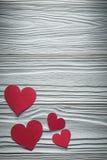 Collection de coeurs de papier rouges sur des cartes de Valentine de conseil en bois Images libres de droits
