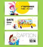 Collection de designs de carte plats d'école avec des échantillons des textes, autobus scolaire jaune, étudiants animaux de bande Photo libre de droits
