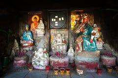 Collection de dieux chinois dans un tombeau extérieur, Hong Kong Images stock
