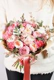Collection de différentes variétés de roses, d'oeillets et d'eucalyptus de jardin Le ` s de fille remet tenir les fleurs douces d Images stock