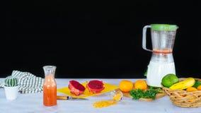 Collection de différents fruits et d'un mélangeur photographie stock libre de droits