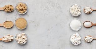 Collection de différents genres de sucre sur le fond gris image stock