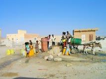 collection de l'eau par les enfants Images stock