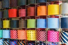 Collection de la cravate des hommes colorés dans la boutique du ` s d'hommes Fin vers le haut Photos libres de droits
