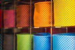 Collection de la cravate des hommes colorés dans la boutique du ` s d'hommes Fin vers le haut Images libres de droits