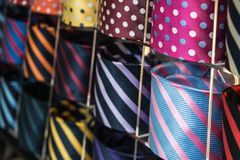 Collection de la cravate des hommes colorés dans la boutique du ` s d'hommes Fin vers le haut Photographie stock libre de droits