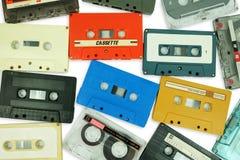 Collection de la vieille bande colorée de cassette sonore d'isolement sur un blanc photos stock