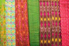 Collection de marché en soie thaïlandais de tissus en fin de semaine Images libres de droits
