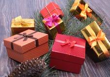 Collection de Noël, boîte de cadeaux, arbre et ornements décoratifs, sur le bois rustique Images stock
