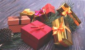 Collection de Noël, boîte de cadeaux, arbre et ornements décoratifs, sur le bois rustique Photos libres de droits