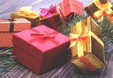 Collection de Noël, boîte de cadeaux, arbre et ornements décoratifs, sur le bois rustique Image libre de droits
