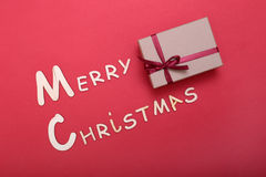 Collection de Noël, boîte de cadeaux, arbre et ornements décoratifs, sur le fond rouge Photo stock