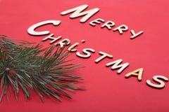 Collection de Noël, boîte de cadeaux, arbre et ornements décoratifs, sur le fond rouge Photographie stock libre de droits