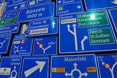 Collection de panneaux routiers sous la lumière du soleil Photos libres de droits