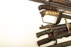 Collection de poignées de vieux épées et poignards Photo stock