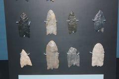 Collection de pointes de flèche employées par la culture de Hopewell au musée antique de fort image libre de droits