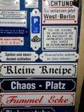 Collection de signe de plaques de rue et de Tableaux d'avertissement photo stock