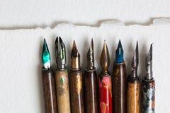 Collection de stylo-plume Accessoires calligraphiques, macro vers le haut de foyer mou de vue Image libre de droits