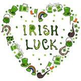 Collection de symboles irlandais Lettrage irlandais de chance Fond de forme de coeur Lutins chapeau, fer à cheval, pot d'or, drap Images stock