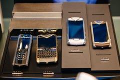 Collection de téléphone portable de Vertu avec le pricetag de 5000 à 30000 E Image libre de droits