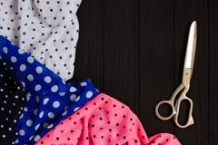 Collection de tissus et ciseaux pointillés de mise sur pied, l'espace de copie Photographie stock libre de droits