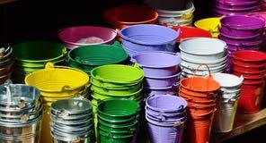 Collection des seaux varicolored en métal Photographie stock