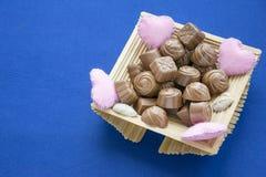Collection douce de sucreries dans la boîte décorée mignonne photo stock
