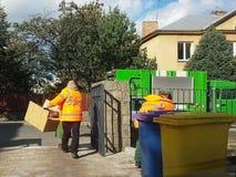 Collection et transport des déchets domestiques par les employés municipaux de service Contrôle de la situation écologique dans l photo stock