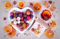 Collection faite main de bonbons au chocolat, oranges sèches, épices, vin chaud, crayon en bois sur le fond en bois Photo libre de droits