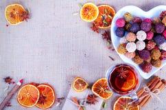 Collection faite main de bonbons au chocolat, oranges sèches, épices, vin chaud, crayon en bois sur le fond en bois Image libre de droits