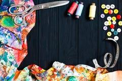 Collection florale de tissus, bande de mesure, boutons, threa de couture Images libres de droits
