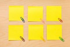 Collection jaune rangée de post-it Photo libre de droits