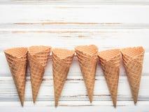 Collection plate de cornets de crème glacée de configuration sur le fond en bois blanc Photographie stock