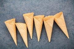 Collection plate de cornets de crème glacée de configuration sur le fond en pierre foncé B Images stock