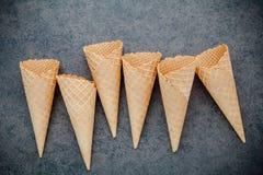 Collection plate de cornets de crème glacée de configuration sur le fond en pierre foncé B Photos stock