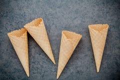 Collection plate de cornets de crème glacée de configuration sur le fond en pierre foncé B Images libres de droits