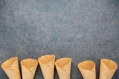 Collection plate de cornets de crème glacée de configuration sur le fond en pierre foncé B Photographie stock libre de droits