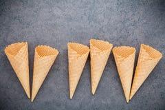 Collection plate de cornets de crème glacée de configuration sur le fond en pierre foncé B Image stock