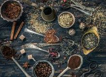 Collections de thés dans les plats de cuivre rustiques Image libre de droits