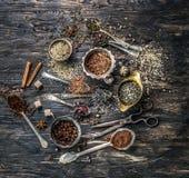 Collections de thés dans les plats de cuivre rustiques Photo stock