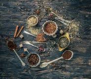 Collections de thés dans les plats de cuivre rustiques Photo libre de droits