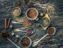 Collections de thés dans les plats de cuivre rustiques Image stock