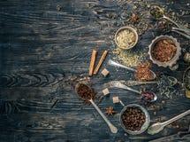 Collections de thés dans les plats de cuivre rustiques Photos libres de droits