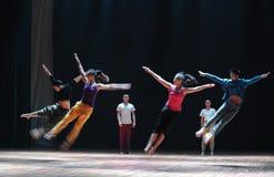 Collective sprong-om aan gaan-moderne dans te komen Royalty-vrije Stock Foto