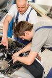 Collega d'aiuto del riparatore dell'automobile invecchiato mezzo Immagine Stock