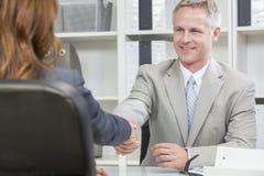 Collega di Office Handshake Female dell'uomo d'affari o dell'uomo Fotografia Stock