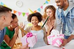 Collega di saluto del gruppo alla festa di compleanno dell'ufficio immagini stock